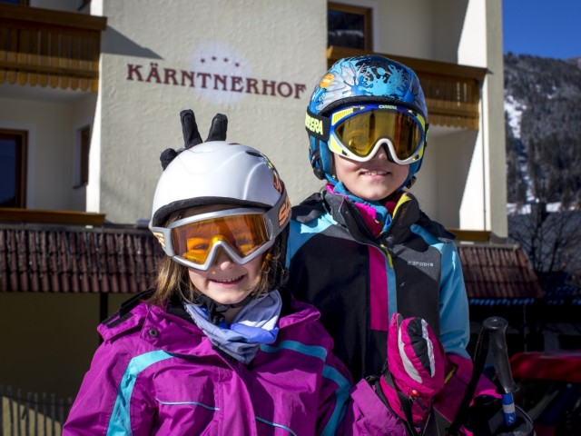 Kinder am Hotel Winter